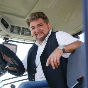 Christoph Heindl sitzt in einem CLAAS Traktor
