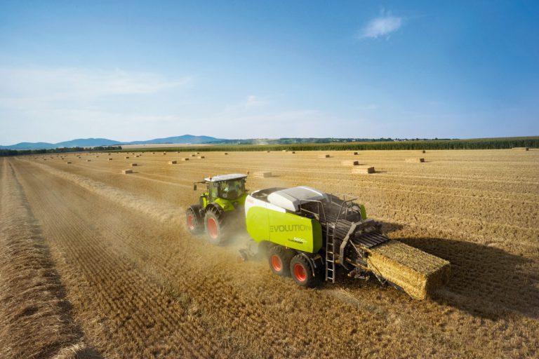 CLAAS Traktor mit CLAAS Ballenpresse